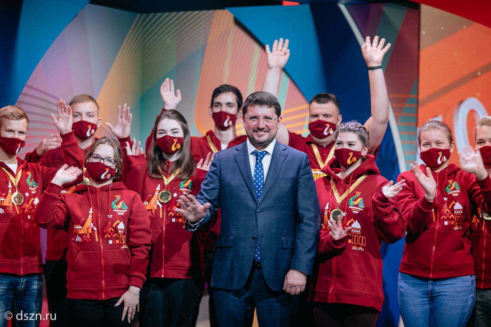 Евгений Стружак, руководитель столичного Департамента труда и соцзащиты вместе с участниками национального чемпионата «Абилимпикс»-2020